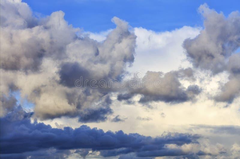 Les nuages de tempête recueillent dans une fermeture de pile outre d'un ciel bleu image stock