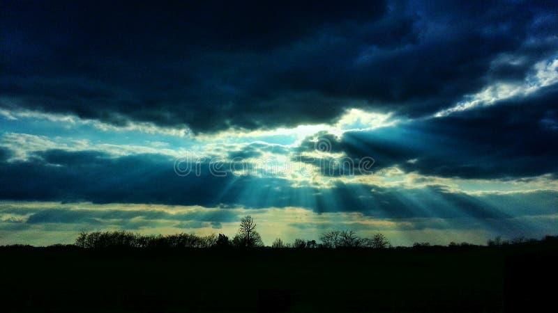 Les nuages et le soleil image stock