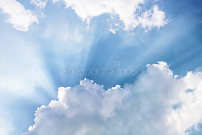 Les nuages et le soleil brille par des rayons de lumière dans le p lumineux photo libre de droits