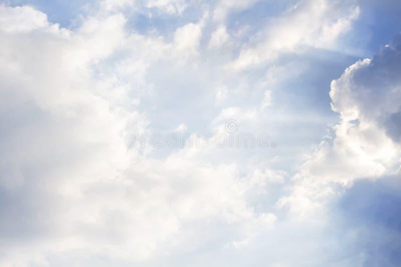 Les nuages et le soleil brille par des rayons de lumière dans le p lumineux photo stock