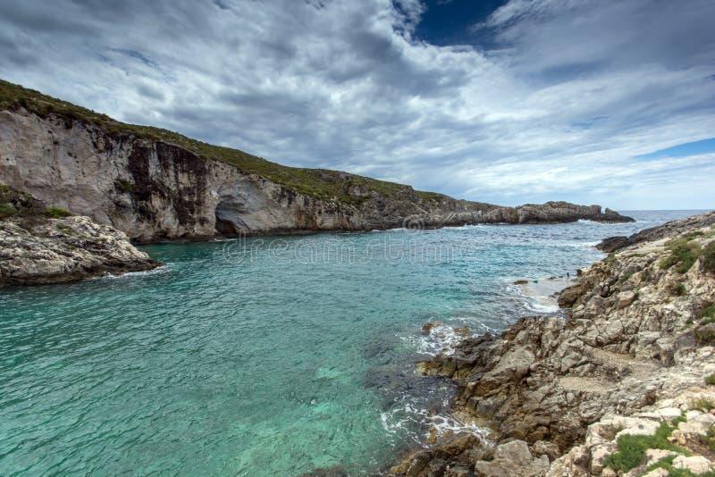 Les nuages foncés au-dessus de la plage de Limnionas aboient à l'île de Zakynthos photographie stock libre de droits