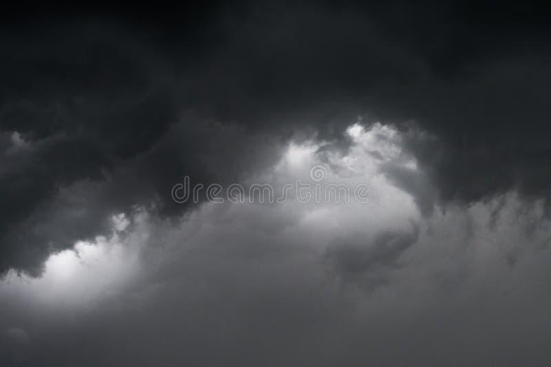 Les nuages foncés dramatiques conçoivent pour le fond et le s photos libres de droits