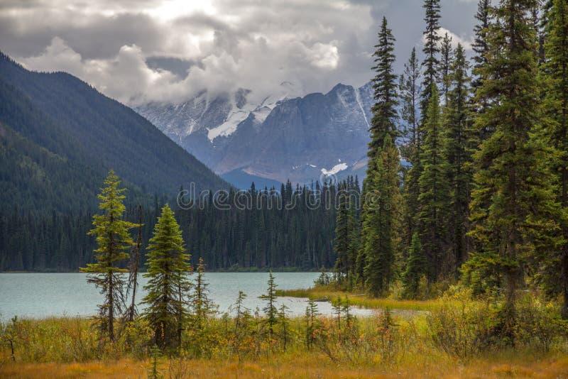 Les nuages ont apporté la neige fraîche aux montagnes au-dessus d'Emerald Lake, AVANT JÉSUS CHRIST images libres de droits