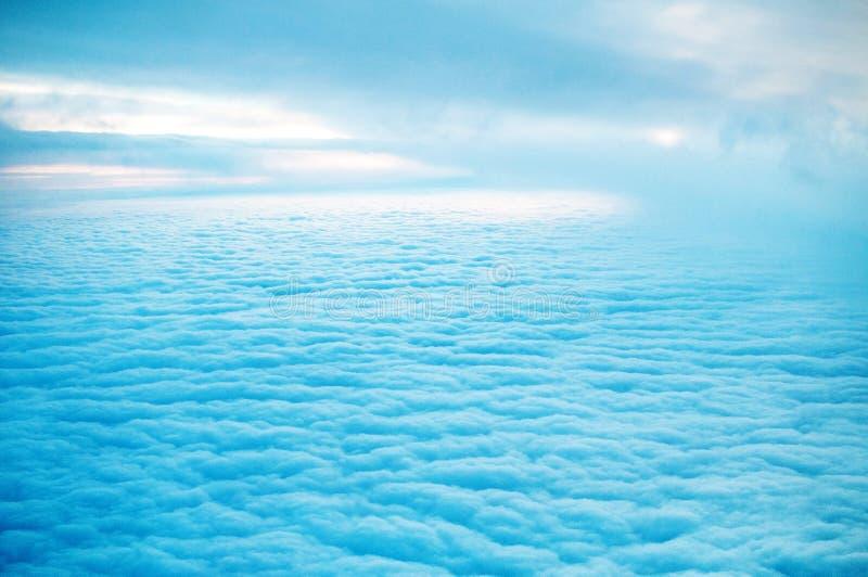 Les nuages regardent de l'avion d'avions photo libre de droits