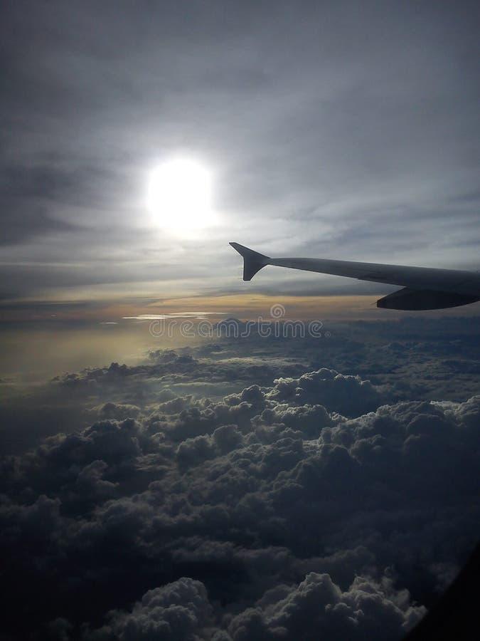 Les nuages regardent du vol images libres de droits