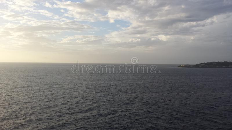 Les nuages rencontrent l'océan photos libres de droits