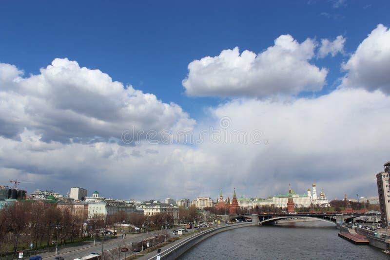 Les nuages s'épaississent au-dessus de Kremlin photo stock