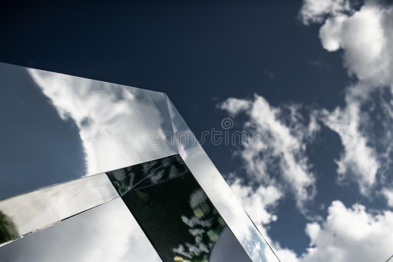 Les nuages se reflètent dans les fenêtres des immeubles de bureaux modernes photo libre de droits