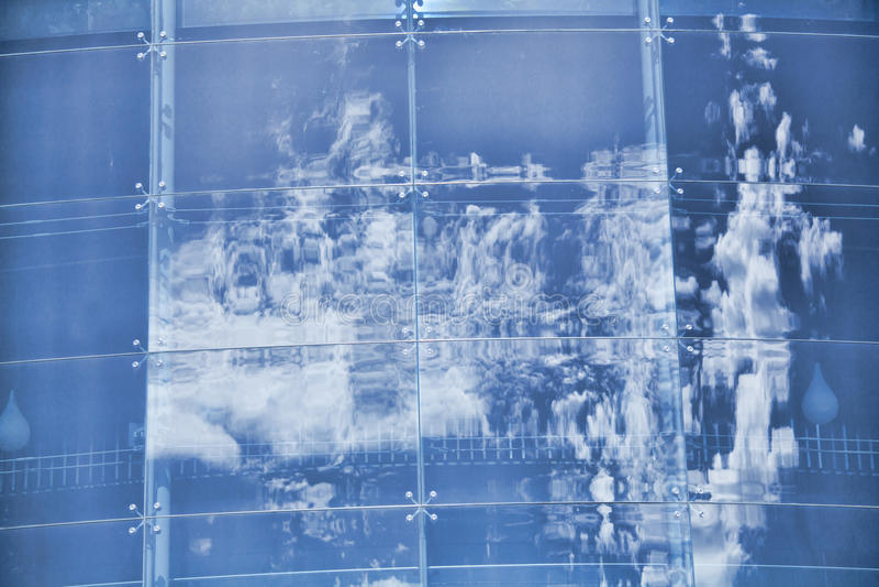 Les nuages se sont reflétés dans les fenêtres de l immeuble de