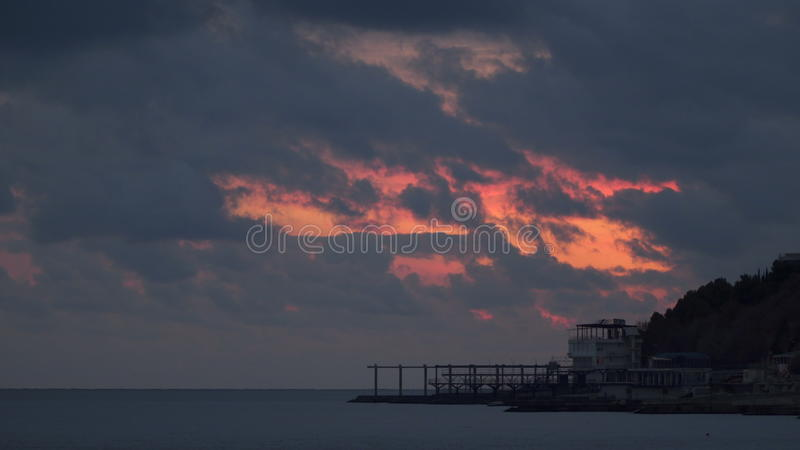 Les nuages volent au-dessus du littoral banque de vidéos