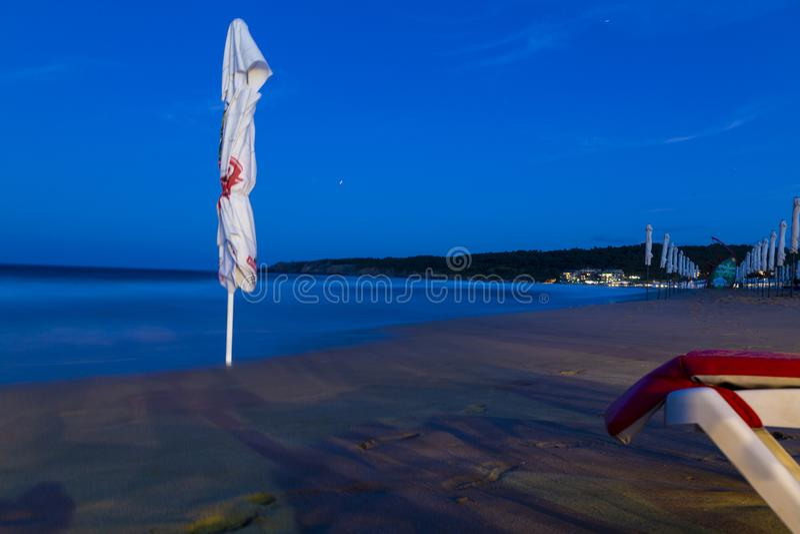 Les nuances, les parapluies et les chaises longues de touristes arrangent images libres de droits
