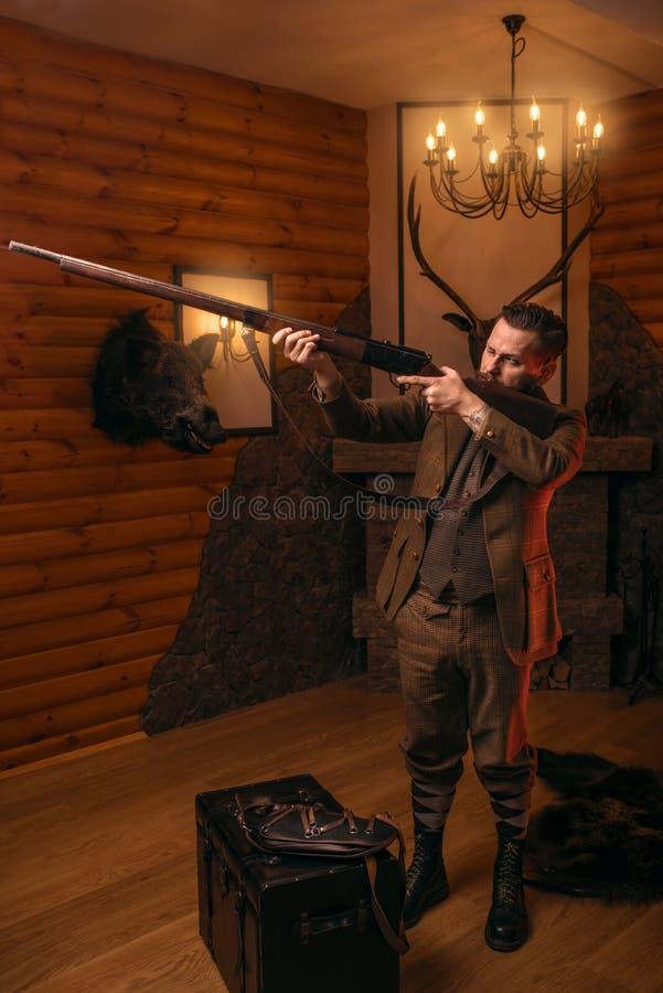 Les objectifs d'homme de chasseur de la chasse antique fusillent photos libres de droits