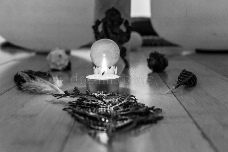 Les objets sacrés étant montrés dans un tombeau aiment la façon photos stock