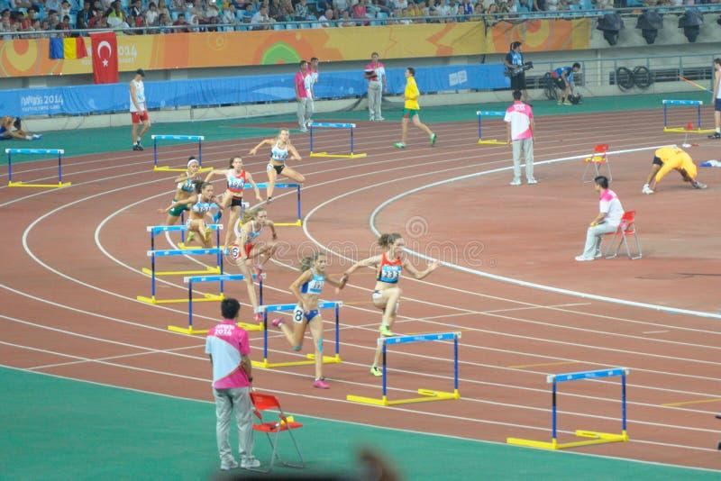 Les obstacles de 400 mètres des femmes finaux photographie stock libre de droits