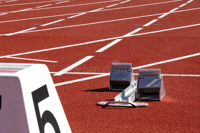 Les obstacles fonctionnent dans un stadion photographie stock libre de droits