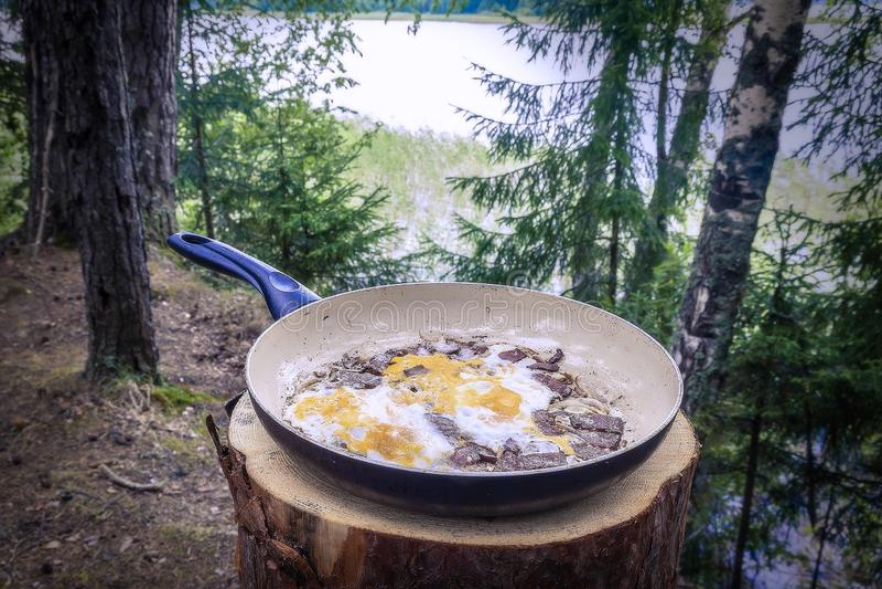 Les oeufs au plat se trouvent sur la casserole cuite en nature, dans une hausse image stock