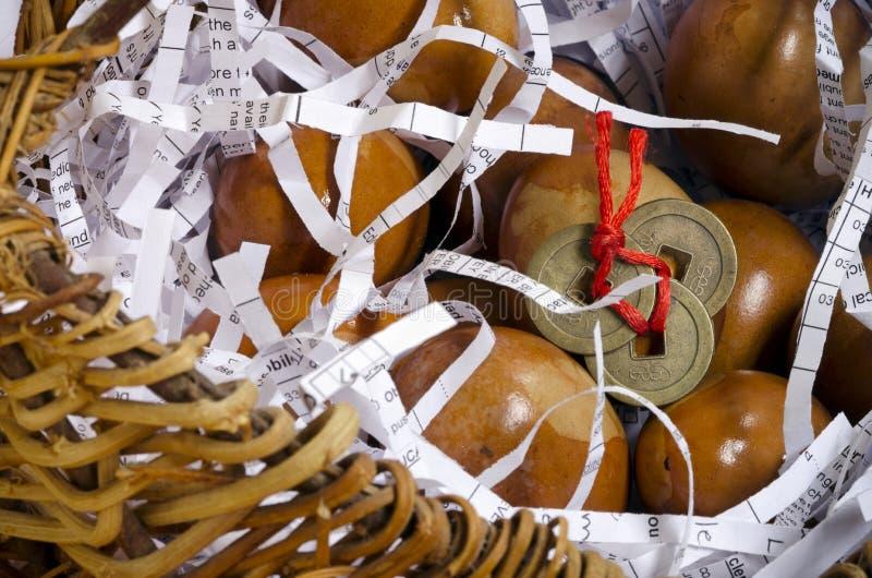 Les oeufs décorés dans le panier avec Feng Shui invente photo stock