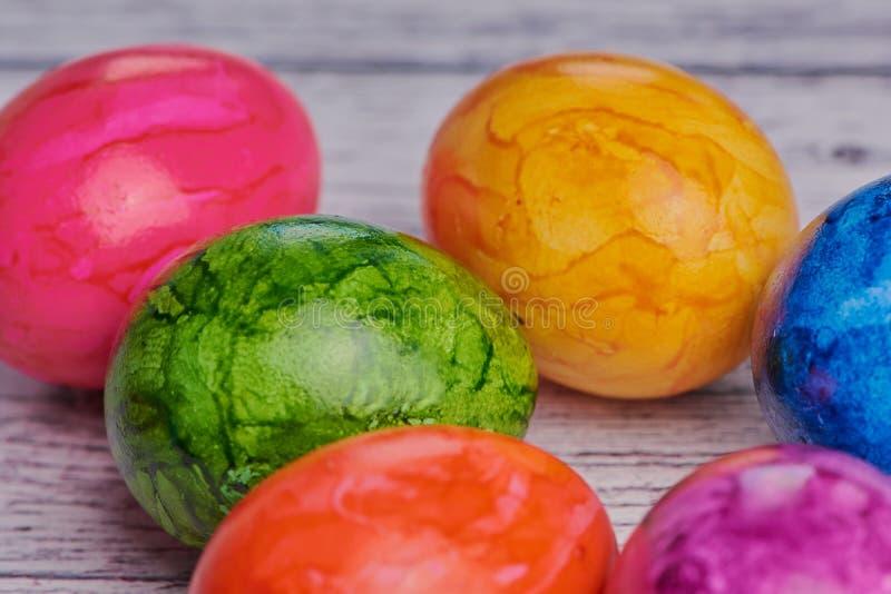 Les oeufs de pâques colorés, se ferment vers le haut de la macro image photos libres de droits
