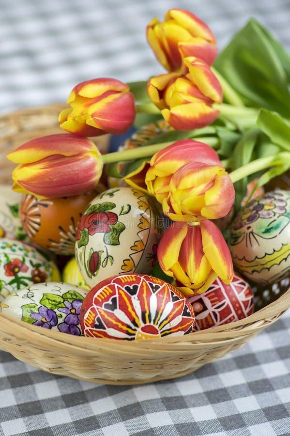Les oeufs de pâques peints faits main faits maison sur le panier en osier, traditionnel handcraft des oeufs photo stock