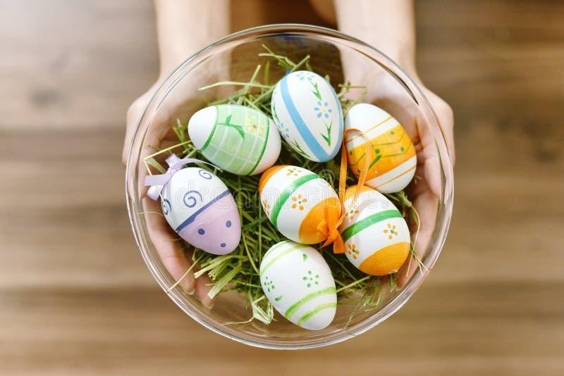 Les oeufs de pâques se cachent en foin, décoration colorée faite main de peinture d'oeufs photos libres de droits