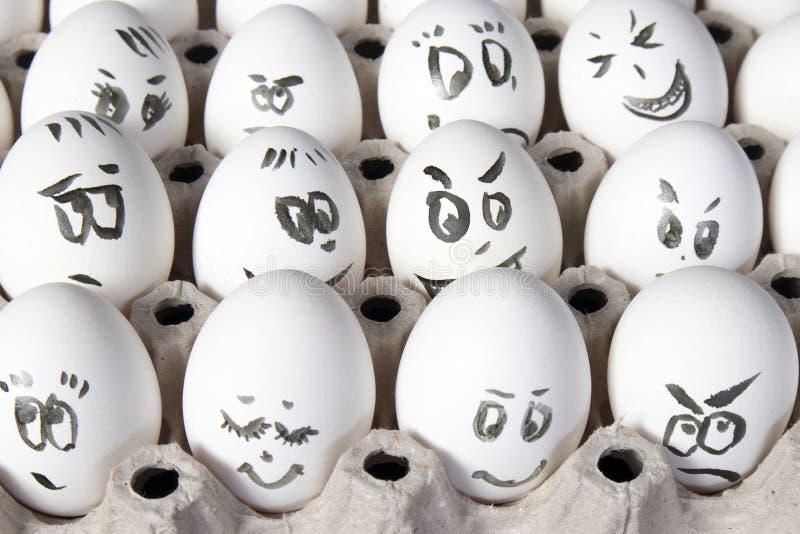 Les oeufs de poule dans la boîte Les oeufs couvrent de dessins Ressemblez au visage de l'homme image libre de droits