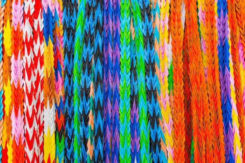 Les oiseaux colorés d'origami, art multi accrochant de papier de couleur ont conçu I photos libres de droits