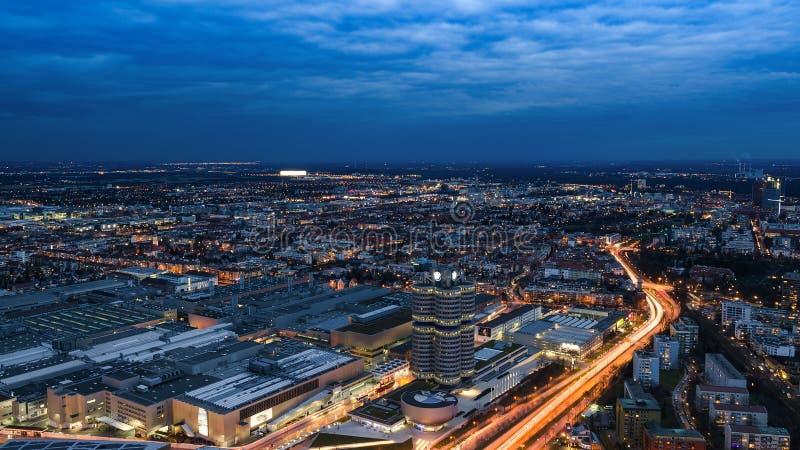 Les oiseaux de Munich de soirée observent la vue panoramique de paysage urbain avec l'usine et les sièges sociaux de BMW photographie stock