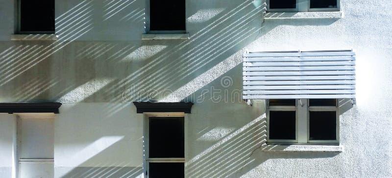 Les ombres à angles sur un stuc blanc logent faire les modèles diagonaux photographie stock