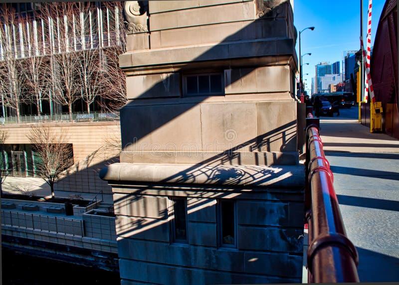 Les ombres de la fonte de pont à travers le bridgehouse concret situé sur le pont en rue de LaSalle dans le ` du centre s de Chic image libre de droits