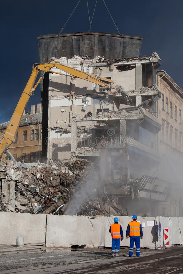 Les opérateurs surveillent la démolition image libre de droits