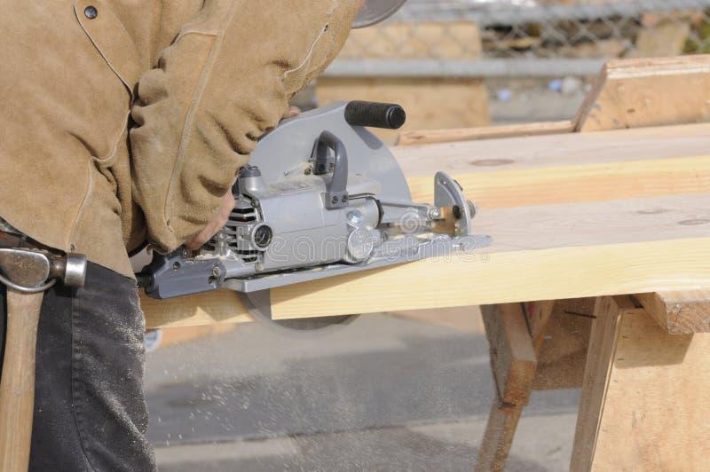 Les opérations de découpage de charpentier avec ont vu image stock