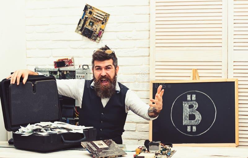 Les opportunit?s commerciales de Bitcoin sont partout De la monnaie fiduciaire ? la crypto devise Homme barbu avec l'argent d'arg photo stock