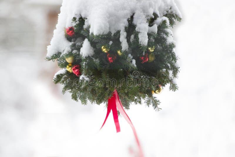 Les orages de neige sur la décoration de Noël images libres de droits