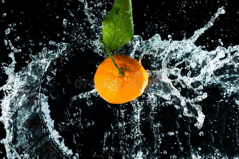 Les oranges arrosent l'éclaboussure photographie stock libre de droits