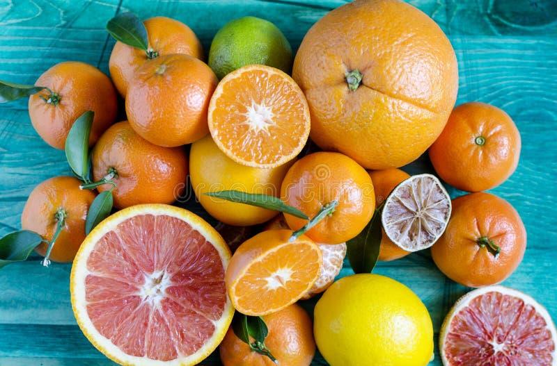Les oranges de citrons de mandarines chaulent le plan rapproché d'agrume sur l'espace vert de copie de fond image stock