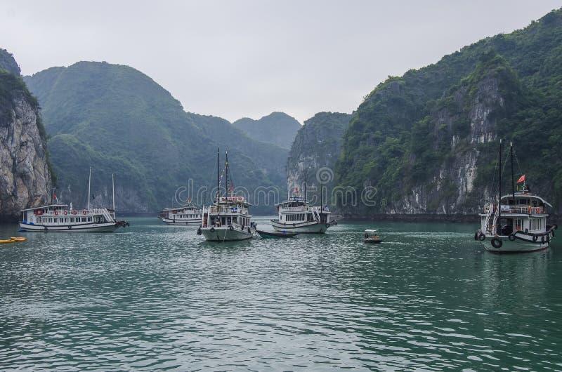 Les ordures de touristes flottant parmi la chaux bascule à la baie long d'ha photo stock