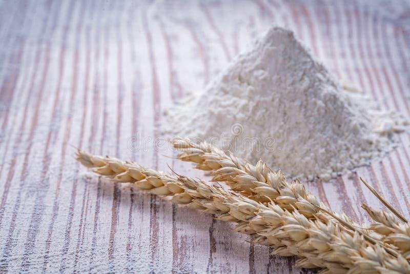 Les oreilles de blé de Rye flour sur la nourriture en bois de fond et photo libre de droits