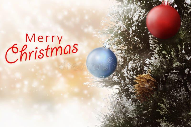Les ornements de Noël aiment la boule de pin et de Noël photos stock