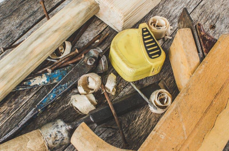 Les outils de charpentier sur le banc en bois, avion, burin, maillet, marteau de bande, pinces images libres de droits