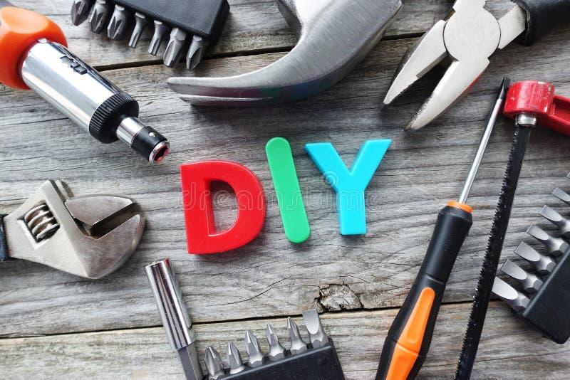 Les outils de construction et suggestion des lettres de DIY la font vous-même concept photos libres de droits