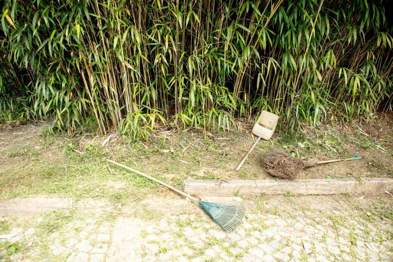 Les outils de jardinage avec la feuille et les bambous en automne font du jardinage image stock