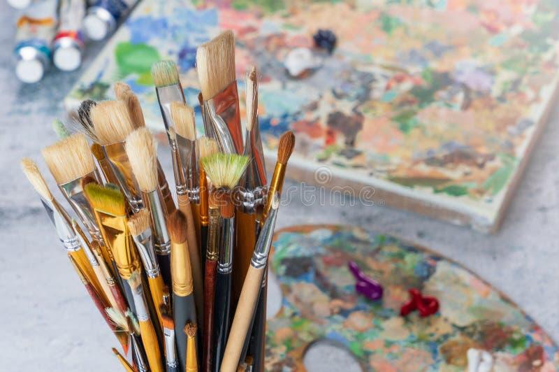 Les outils de l'artiste sur le plan rapproch? de table photos libres de droits