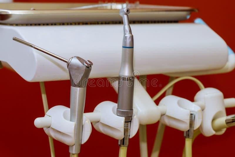 Les outils dentaires se ferment vers le haut des exercices et des instruments placés photos stock