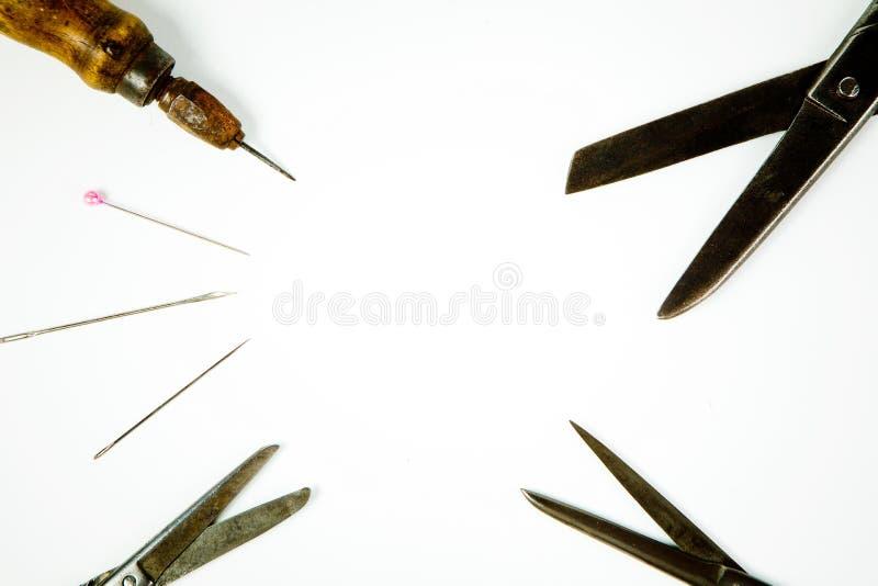 Les outils du tailleur pointu, instrument énervé de cru photos stock