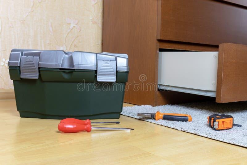 Les outils ont présenté sur un plancher de pièce Concept d'ensemble de meubles images libres de droits