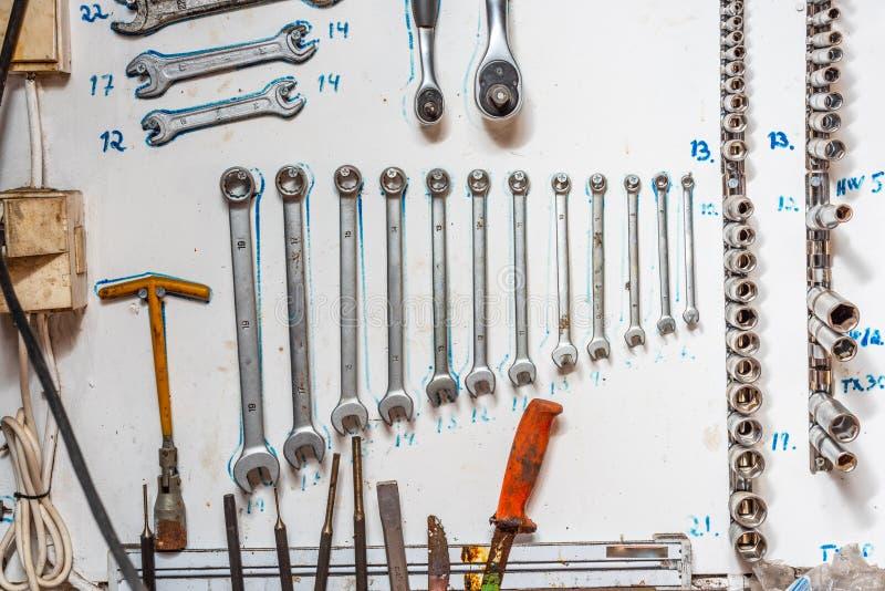Les outils ont systématiquement arrangé sur un mur image stock
