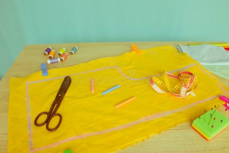 Les outils pour coudre pour le passe-temps ont placé sur le principal en bois vi de fond de table photographie stock libre de droits