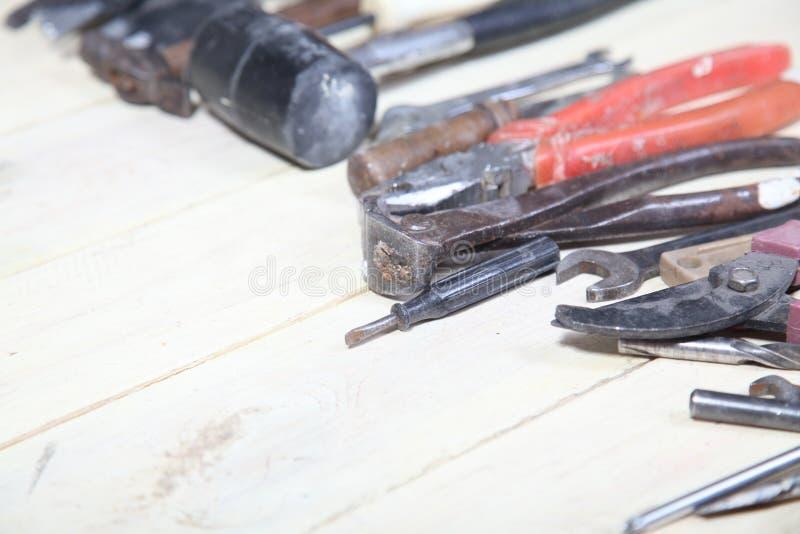 Les outils pour des réparations se trouve sur les conseils blancs photos libres de droits