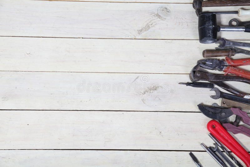 Les outils pour des réparations se trouve sur les conseils blancs image stock