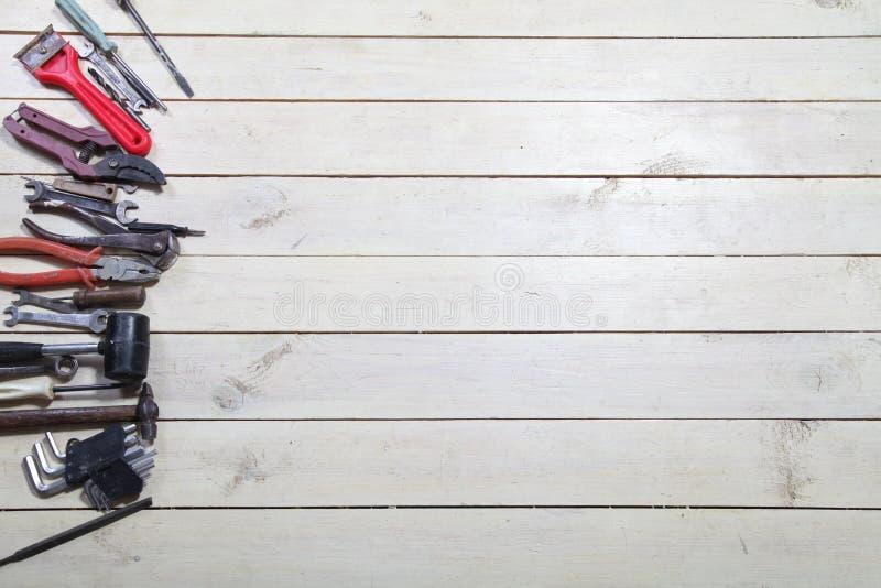 Les outils pour des réparations se trouve sur les conseils blancs images stock